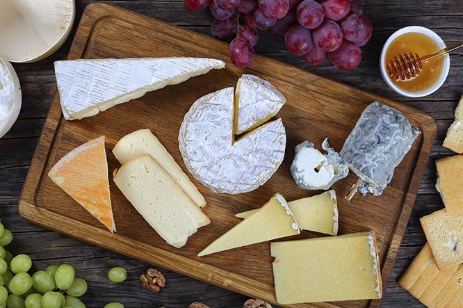 Leffe Blonde con una tabla de quesos, tradición franco-belga